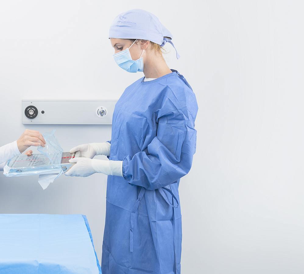 Zahnärztliche Assistenz mit OP-Kittel